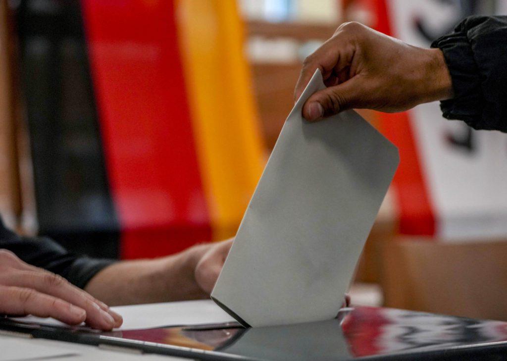 Γερμανικές εκλογές: Άνοιξαν οι κάλπες, αμφίρροπη μάχη – Τα πιθανά σενάρια και οι διαβουλεύσεις