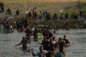 ΗΠΑ: Συνεχίζονται οι απελάσεις αϊτινών μεταναστών ενώ αυξάνεται η πίεση στον Μπάιντεν