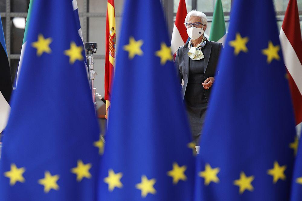 Φρενάρει αλλά συνεχίζει την αγορά ομολόγων η ΕΚΤ