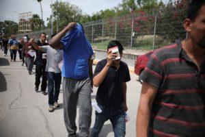 ΗΠΑ: Κομφούζιο με χιλιάδες μετανάστες στα σύνορα με το Μεξικό