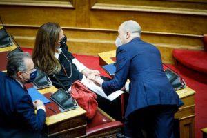 Η Ντόρα αδειάζει Μπογδάνο αλλά… στα ίδια έδρανα θα ξανακαθίσουν πάλι