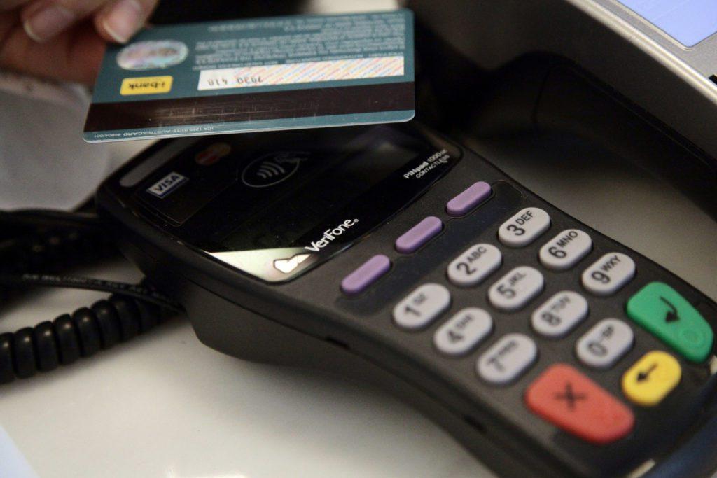 Αλλάζει ριζικά η φορολοταρία για τις πληρωμές μέσω καρτών