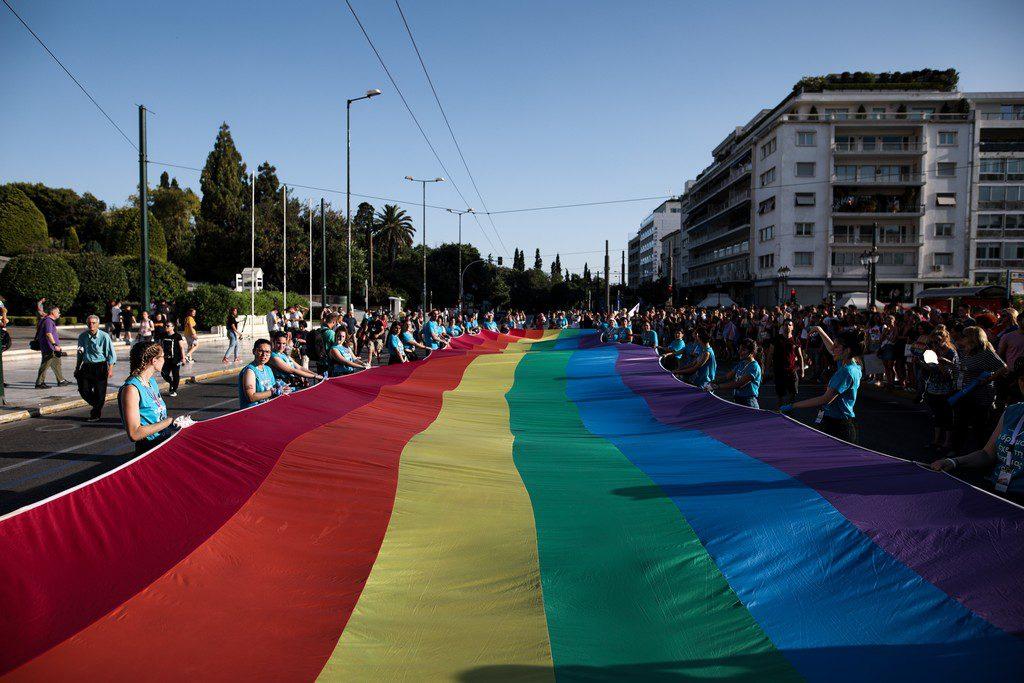 Οι 146 «επιφανείς Έλληνες» που αντιδρούν στο γάμο των ομοφυλόφιλων