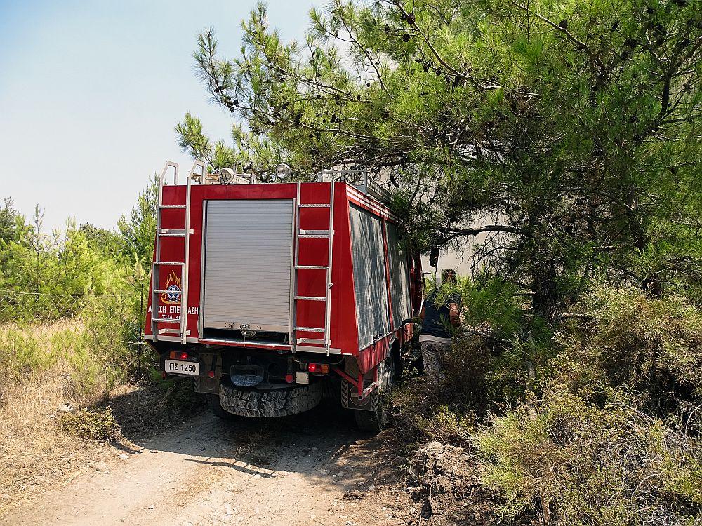 Υπό μερικό έλεγχο οι φωτιές σε Πάρνηθα και Κάλαμο