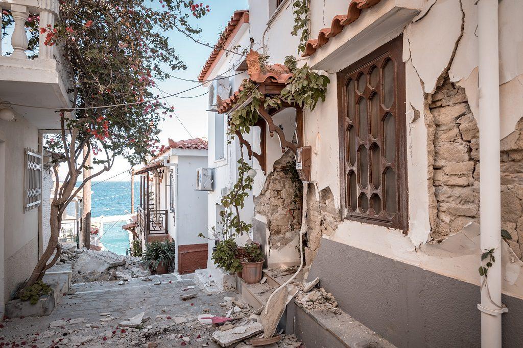 Σάμος – SOS: Μαθητές κινδυνεύουν από τα ετοιμόρροπα κτίρια του σεισμού του 2020