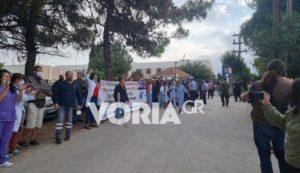 «Θερμή» υποδοχή Πλεύρη στη Θεσσαλονίκη: Έντονες αποδοκιμασίες από υγειονομικούς (Video)