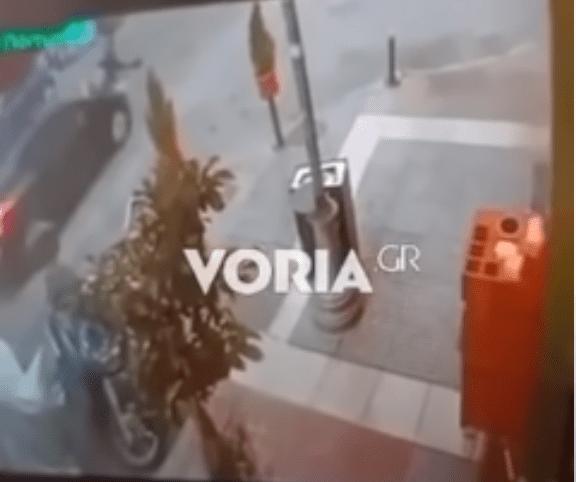 Θεσσαλονίκη: Συγκλονιστικό βίντεο από τη στιγμή που αυτοκίνητο παρασύρει και εγκαταλείπει ηλικιωμένη