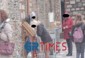 Θεσσαλονίκη: Συνωστισμός και χωρίς αποστάσεις στη λιτανεία των λειψάνων του Αγ. Δημητρίου- Κατεβάζουν τις μάσκες για να προσκυνήσουν (Video- Photo)