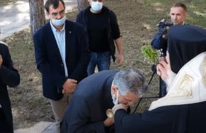 Απίστευτο περιστατικό: Ο Μητροπολίτης Γρεβενών κατέβαζε τις μάσκες των επισήμων για να φιλήσουν τον σταυρό (Video)