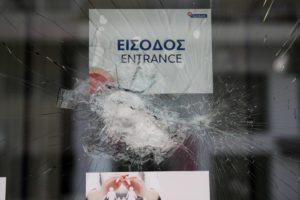 Επιθέσεις με βαριοπούλες σε δύο τράπεζες σε Αμπελόκηπους και Χαλάνδρι