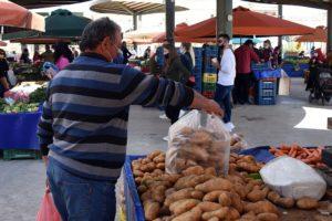 Η κυβέρνηση διώχνει με νόμο τους παραγωγούς από τις λαϊκές αγορές