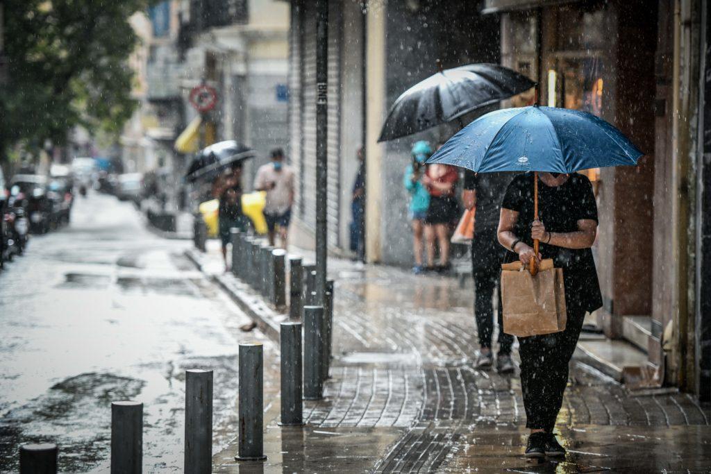 Κακοκαιρία: Σε εξέλιξη η επέλαση της «Αθηνάς» με καταιγίδες και θυελλώδεις ανέμους – Πού θα «χτυπήσει» τις επόμενες ώρες