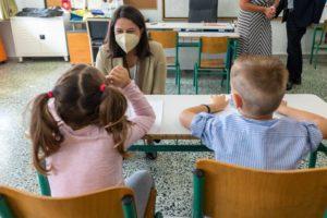 Βουλευτής ΝΔ ζητά από την Κεραμέως προσλήψεις εκπαιδευτικών για να μην εξαπλωθεί ο κορονοϊός από τη συγχώνευση σχολικών τμημάτων