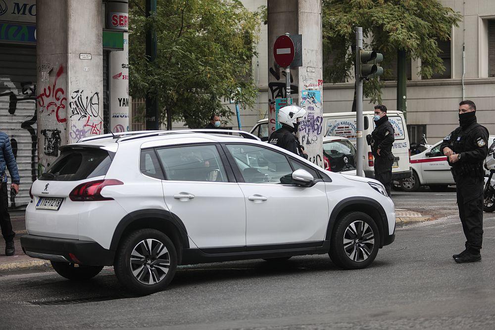 Πυροβολισμοί στο κέντρο της Αθήνας: Από σχολείο έκλεψε ο δράστης το αυτοκίνητο – Το εντόπισαν χάρη στο κινητό