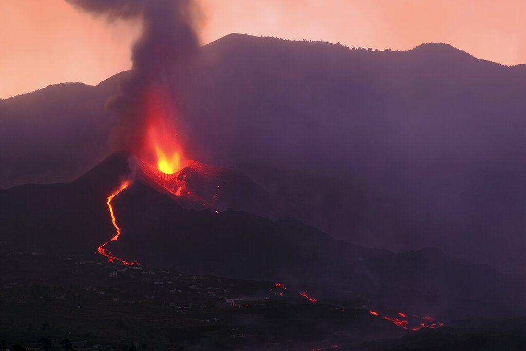 Λα Πάλμα: Συνεχίζει το καταστροφικό της πέρασμα η πύρινη λάβα – Απειλεί να «καταπιεί» ακόμα μια γειτονιά