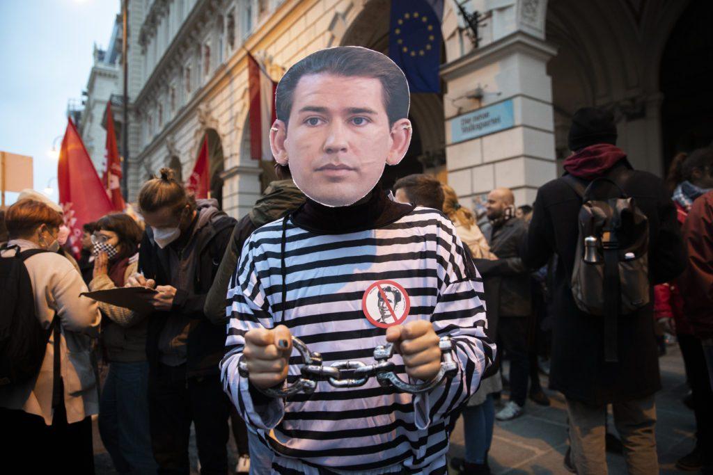 Διεθνής Τύπος: «Ροκέ» στην καγκελαρία της Αυστρίας– Νεοφασιστικά τάγματα εφόδου επέδραμαν στην Εργατική Ομοσπονδία στην Ιταλία