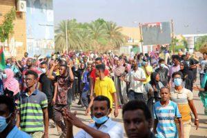 Διεθνής Τύπος: Αντιδρούν οι πολίτες του Σουδάν στο πραξικόπημα – Πενιχρή αύξηση μισθών εν μέσω κύματος ακρίβειας στη Βρετανία
