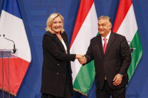 Βουδαπέστη: Στο πλευρό του Όρμπαν η Λεπέν – Επικρίνει την ΕΕ