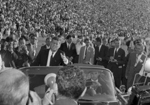 Ο Μπάιντεν αναβάλλει τον αποχαρακτηρισμό των απόρρητων αρχείων για τη δολοφονία του JFK