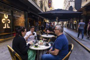 Μελβούρνη χωρίς lockdown – Ξέφρενα πάρτι στους δρόμους και ουρές στα… μπαρμπέρικα (Photos/Video)