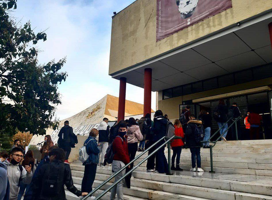 Ουρές και «πόρτα» για δεύτερη μέρα στα πανεπιστήμια