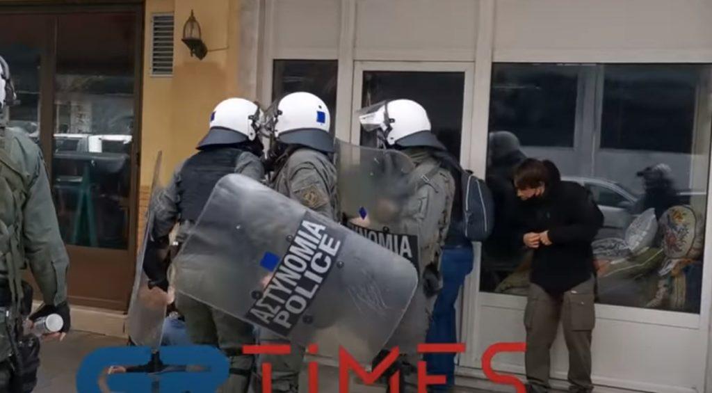 Αρχειοθέτησαν καραμπινάτη υπόθεση αστυνομικής βίας που είχε καταγραφεί σε βίντεο