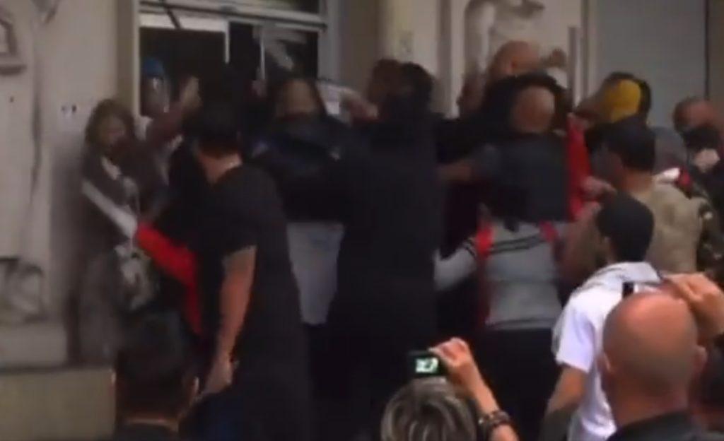 Ιταλία: Nεοφασίστες έκαναν «γυαλιά καρφιά» τα γραφεία του ιταλικού συνδικάτου CGIL (Videos)