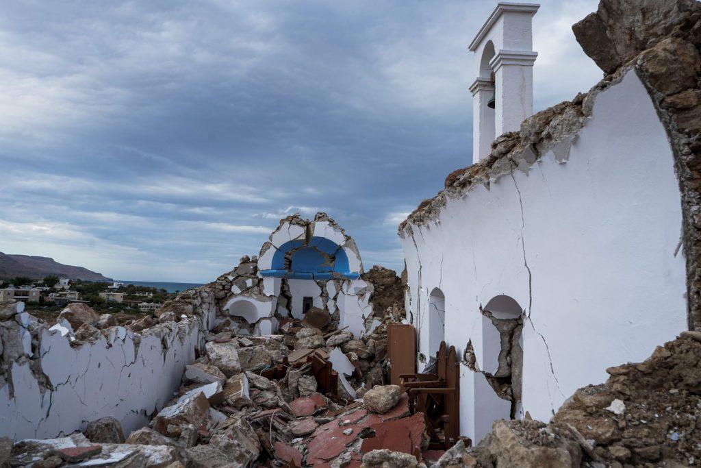 Ισχυρός σεισμός 6,3 Ρίχτερ στην Κρήτη: Ζημιές σε κτίρια και κατολισθήσεις – Κατέρρευσε εκκλησάκι (Photos – Video)