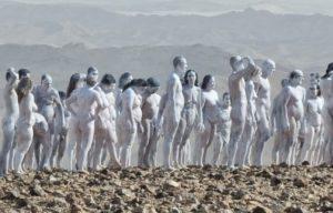 Διακόσιοι άνθρωποι πόζαραν γυμνοί στον φακό του Σπένσερ Τιούνικ για να σώσουν τη Νεκρά Θάλασσα