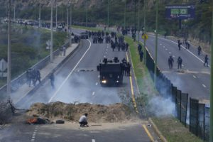 Ισημερινός: Διαδηλώσεις και αποκλεισμοί δρόμων κατά της αύξησης της τιμής των καυσίμων