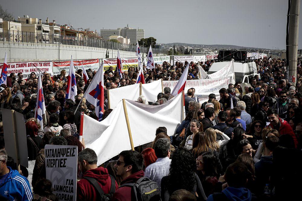 Στους δρόμους χιλιάδες εκπαιδευτικοί: Με απεργία και πορεία «απαντούν» σε Κεραμέως – Μητσοτάκη