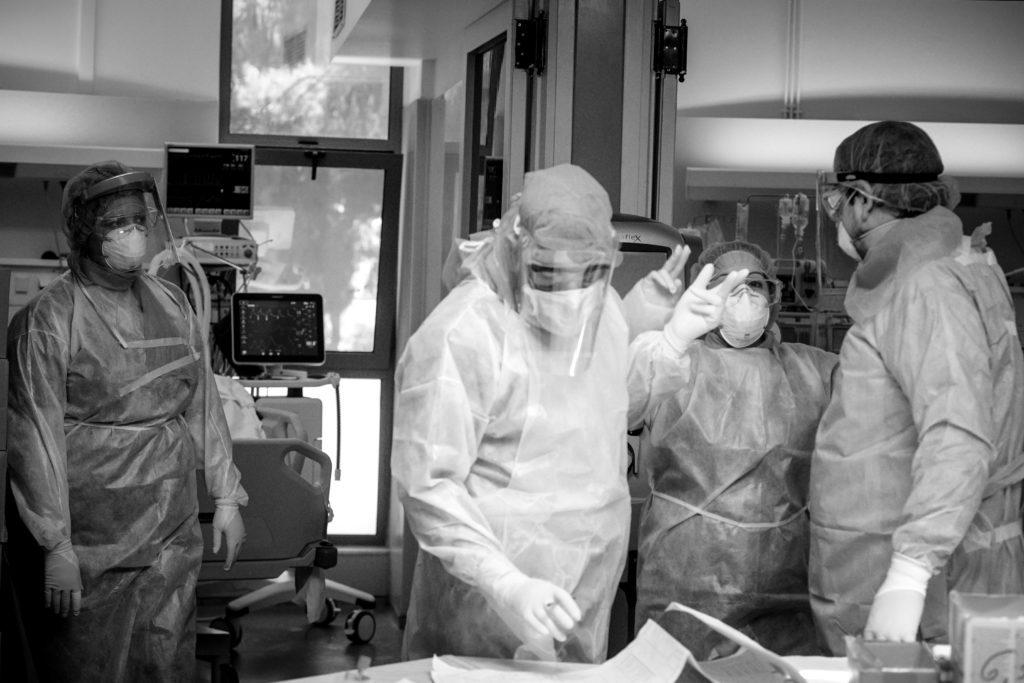 Με ασφυκτικά γεμάτα τα νοσοκομεία: 32 νεκροί – 336 διασωληνωμένοι – 3.065 νέα κρούσματα κορονοϊού