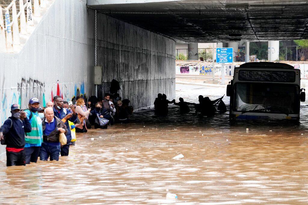 Κακοκαιρία «Μπάλλος»: Απίστευτο βίντεο με τον κόσμο να προσπαθεί να βγει από το πλημμυρισμένο λεωφορείο (Video & Photos)