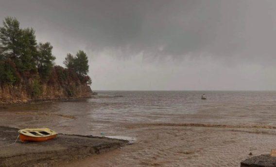 H κακοκαιρία «εξαφάνισε» παραλία στα καμένα της Εύβοιας (Photos/Video)