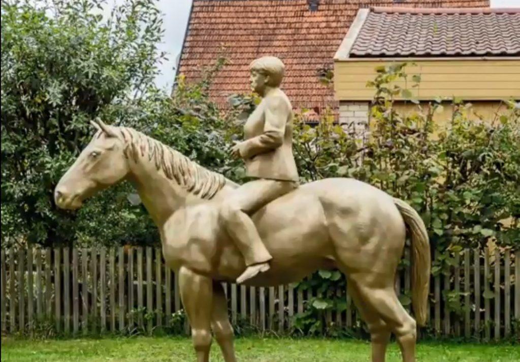 Γερμανία: Προκλητικός καλλιτέχνης αποχαιρετά με χρυσό έφιππο άγαλμα την Μέρκελ!