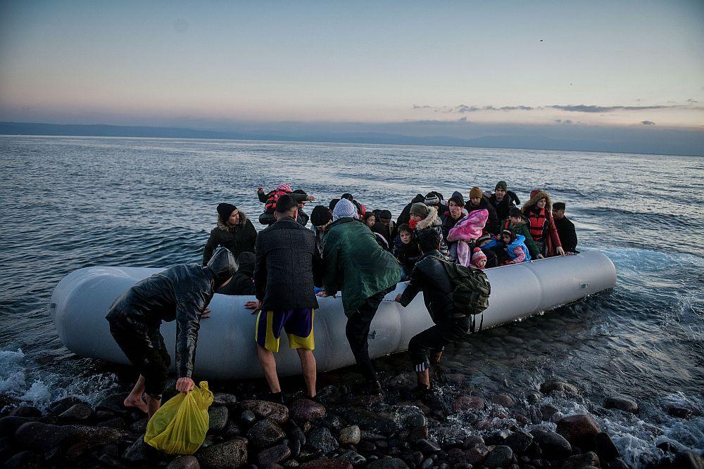 Spiegel: Ο σκιώδης στρατός κατά των προσφύγων σε Ελλάδα και Κροατία