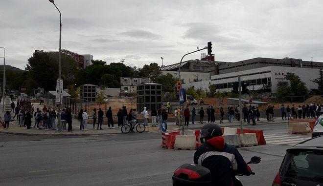 Εικόνες ντροπής στη Θεσσαλονίκη – Φοιτητές περιμένουν στην ουρά για ένα γεύμα