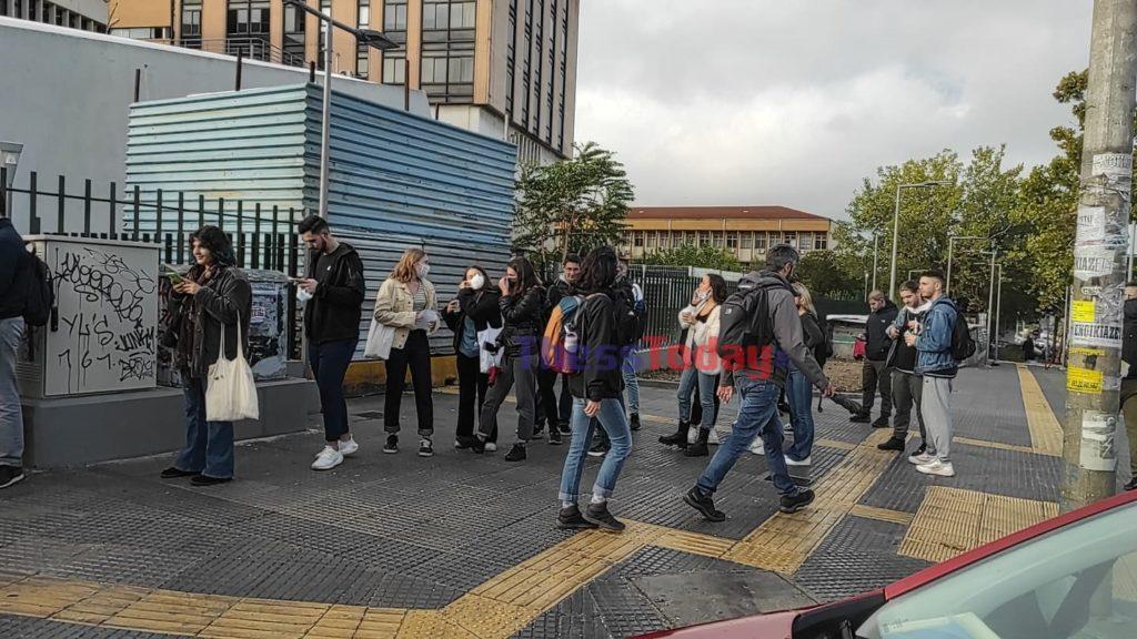 Θεσσαλονίκη: Ουρές φοιτητών σε ΠΑΜΑΚ και ΑΠΘ για τον έλεγχο των πιστοποιητικών