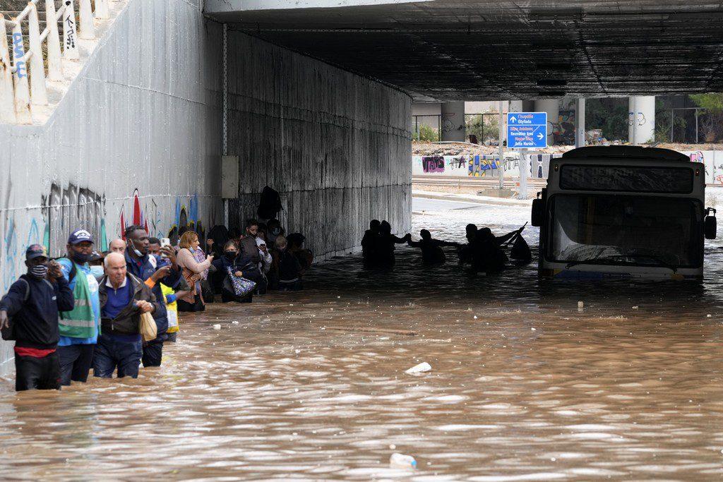Στο έλεος της κακοκαιρίας «Μπάλλος» η χώρα- Δρόμοι ποτάμια, παρέλυσαν τα Μέσα Μεταφοράς παρά τις προβλέψεις της Πολιτικής Προστασίας
