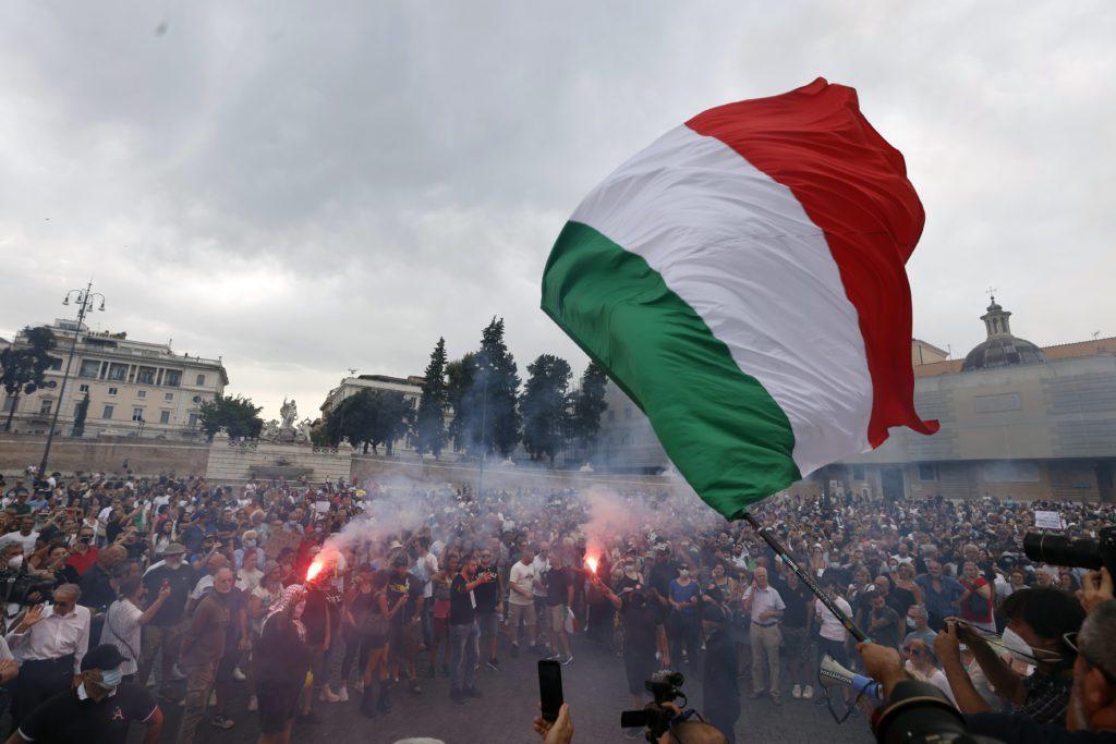 Iταλία: Επεισόδια σε μεγάλη συγκέντρωση αντιεμβολιαστών στη Ρώμη (Video)