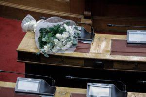 Παύση εργασιών στη Βουλή για τον θάνατο της Φώφης Γεννηματά – Λουλούδια στο έδρανο της και ενός λεπτού σιγή στην Ολομέλεια